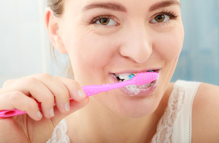 刷牙刷多久才乾淨?名醫:只刷三分鐘無法刷掉牙菌斑